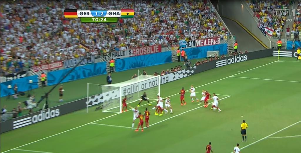 Zawodnik Ghany nie ma kontaktu wzrokowego z Klose. Ma go za plecami, przez co nie może zareagować na przedłużoną piłkę.