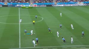 Arévalo podąża (niebieska linia) za Rooneyem na połowę rywali i nie pozwala mu odwrócić się z piłką. Utrudnia mu również szybkie przekazanie jej do przodu lub w wolny sektor na boku.