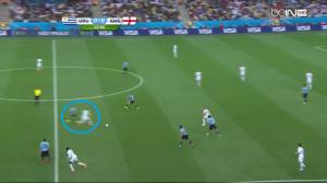 W tej sytuacji Rooney odwróci się z piłką, a Arévalo ucieknie się do faulu.