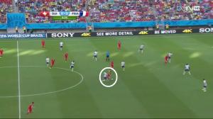 Benzema (białe koło) wraca na własną połowę i odbiera piłkę.