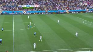 Anglia wyprowadza piłkę od tyłu. Cavani ustawia się (niebieska linia) blisko Gerrarda, blokując kąt podania do kapitana Anglików.