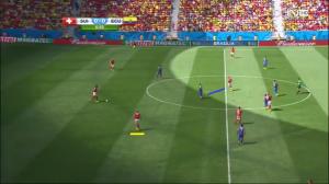 Djourou wyprowadza piłkę od tyłu. Behrami (podkreślony żółtą linią) pokazuje się nieatakowany do gry. Tymczasem Valencia blokuje kąt podania (niebieska linia) do İnlera.