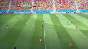 Behrami wyprowadza piłkę od tyłu. Valencia ponownie blokuje kąt podania (niebieska linia) do İnlera.