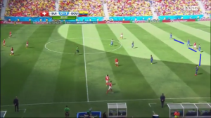 Bardzo głębokie ustawienie linii obrony Ekwadoru (niebieskie linie) w momencie, gdy Szwajcaria wyprowadza piłkę od tyłu po kontrataku rywala.