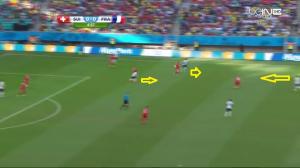 Reakcja Valbueny, Sissoko i Cabaye'a (żółte strzałki) na stratę piłki. Ten ostatni za chwilę ją przechwyci, a niedługo później Benzema będzie miał pierwszą okazję podbramkową Francji w tym meczu.