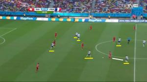 W sumie aż sześciu zawodników Francji naciska na rywali na ich połowie. Évra odbierze piłkę (biała linia).