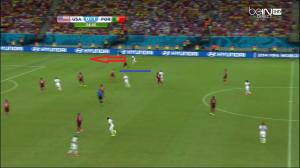 Veloso znajduje się zupełnie poza grą (niebieska linia), a Zusi wypuści Johnsona na wolne pole (czerwona strzałka). Tylko ofiarna interwencja Ricardo Costy po uderzenie z bliska Bradleya uratuje Portugalię.