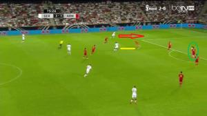Özil znowu skupia na sobie uwagę (żółta linia) prawego obrońcy i wypuszcza na wolne pole Podolskiego (czerwona strzałka). Dośrodkowanie zamieni na gola napastnik pola karnego, Klose (zielona strzałka).