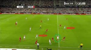 Klose (zielone koło) tym razem głęboko, co wykorzystuje Özil (czerwona strzałka), pokazując się na wolne pole. Akcję wykończy w polu karnym Götze (czerwona strzałka, na własnej połowie), wybiegając do prostopadłego podania Podolskiego.