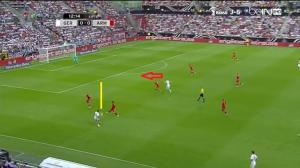 Müller schodzi na lewą stronę, po czym obsłuży (żółta linia) prostopadłym podaniem wybiegającego do niego (czerwona strzałka) Reusa.