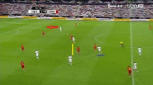 Tym razem Müller (podkreślony niebieską linią) cofa się głęboko, za Kroosa i Khedirę (żółta linia). Reus znowu atakuje głębię (czerwona strzałka) i ponownie otrzymuje precyzyjne podanie na sytuację sam na sam z bramkarzem.