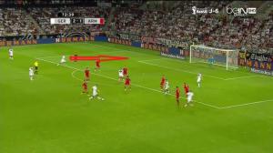 Höwedes nieoczekiwanie wpada w pole karne (czerwona strzałka) z głębi i podwyższa na 3:1.