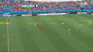 Ustawienie w linii (na czerwono) Xhaki i Seferovicia - u boku Cabaye'a. Varane i Sakho rozgrywają piłkę od tyłu.