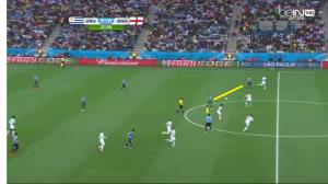 Bramkowa kontra Urugwaju. Suarez i Cavani wychodzą do piłki, podczas gdy Lodeiro wbiega w przestrzeń pomiędzy linią obrony a pomocy Anglii.