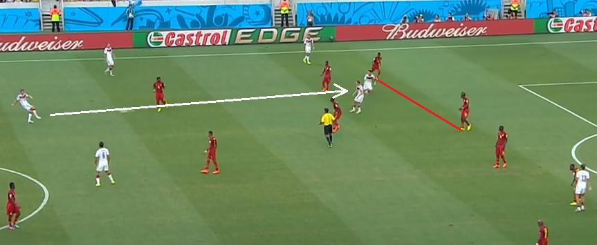 Zbyt duża odległość między środkowym a prawym obrońcą powodowała, że Niemcy mogli zagrywać penetrujące piłki w pole karne.