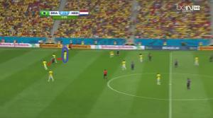 Luiz Gustavo (niebieskie koło) zajmuje pozycję tuż przed środkowymi obrońcami. Brazylia ma przewagę jednego zawodnika z tyłu.
