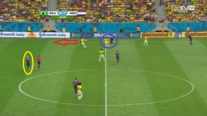 Kuyt wyciąga za sobą Maxwella (niebieskie koło) i podaje piłkę do Robbena (żółte koło), który znajduje sobie wolną przestrzeń pomiędzy liniami. Tymczasem de Guzman wbiega w otwierające się miejsce na skrzydle (czerwona strzałka), skąd dośrodkuje piłkę. David Luiz wybije ją prosto pod nogi Blinda, który podwyższy na 2:0 dla Holandii.