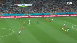 Robben przeciwko dwóm rywalom (czerwone linie) - Demichelisowi i Zabalecie. Podobnie van Persie (żółte linie) - przeciwko Garayowi oraz Rojo.