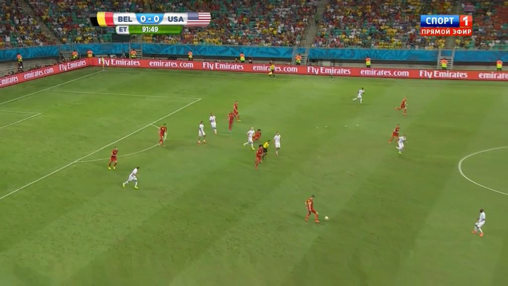 Rozpoczyna się akcja na 1-0 dla Belgów. Szóstka zawodników amerykańskich już jest przed linią piłki.