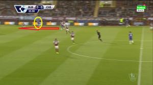 Oscar (żółte koło) schodzi do boku, umożliwiając Schürrle (czerwona strzałka) rozpędzenie się i zaatakowanie przestrzeni za plecami lewego obrońcy rywala.