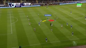 Drugi gol. Schürrle związuje swoim zejściem do środka rywala (żółta linia), co umożliwi Hazardowi (czerwona strzałka) przedarcie się z piłką przez linię pomocy przeciwnika.