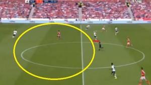 Akcja bramkowa. Hughes (zaznaczony na czerwono) spóźniony przy powrocie do obrony zostawia mnóstwo wolnego miejsca w środku pola dla Antonio. Obrońcy Derby są za bardzo cofnięci by zdążyć z interwencją.