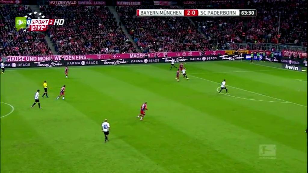 Paderborn próbował podaniami wyprowadzać piłkę spod własnej bramki, jednak pressing Bayernu oraz bierność drugiej linii sprawiła, że już drugie podanie było najczęściej kierowane na oślep do przodu.