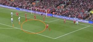 Ben Arfa, który na szczęście dla 'The Reds' się poślizną przy dośrodkowaniu, zagra piłkę w wolną przestrzeń zaznaczoną pomarańczowym kółkiem. Liverome (#1), który powinien być kryty przez czerwony #1 ma sporo miejsca by ściąć do środka, co zresztą zrobi. Taka sama sytuacja w przypadku numerów 2. Gdyby tę akcję wykańczał Hernandez, a nie Liverome, Liverpool mógłby być w tarapatach.