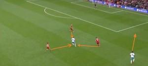 Przed chwilą Hernandez podał piłkę i ucieka prawą flanką, jednak żaden z obrońców Liverpoolu nie poświęca mu uwagi. Piłka zostanie odegrana na prawe skrzydło w wolną przestrzeń, rozpędzony obrońca 'The Reds' próbujący zdążyć za Hernandezem, da się łatwo minąć, jednak kłopoty z przełożeniem piłki na silniejszą lewą nogę nie pozwolą mu na oddanie strzału. Odda do Huddlestone'a, a ten uderzy groźnie z dystansu.