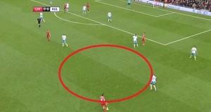Pozostawiona przestrzeń w środku przez graczy Hull, ale Manquillo zostanie natychmiastowo faulowany przez Diame