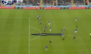 W drugiej połowie Kone już w środku ataku i przynosi to groźniejsze akcje Evertonu. Kone (2) podchodzi głębiej i na jeden kontakt oddaje piłkę z powrotem do Eto'o (1). Następnie ucieka w pole karne, ale prostopadła piłka od Eto'o okazuje się być za mocna.