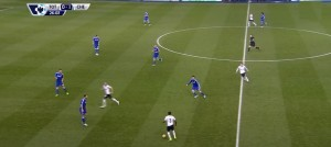 W tej akcji Chelsea już prowadzi 1:0, Tottenham przeprowadza atak z mniejszym zaangażowaniem, a jednym z najbardziej wysuniętych zawodników jest Rose.