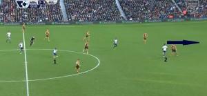 W tej akcji Hull udało się zatrzymać inicjacyjną fazę kontrataku. Gracze WBA musieli wznowić atak schodząc z lewej strony do środka. Dobry i rzadki w tym meczu drybling Sessegnon (1) i znakomicie zagrana prostopadła piłka do Ideye (2), któremu zabraknie dynamizmu i sprytu w wykończeniu.