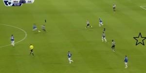 Baines (2) dał sygnał drużynie do przeprowadzenia pressingu, zmusił niewidocznego Colocciniego do rozpaczliwego podania do Pereza (1), który ją za chwilę straci. Aż 6 zawodników Evertonu znajduje się na połowie Newcastle.