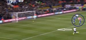 Akcja, po której piłka odbiła się od słupka. Cahill i Terry zatrzymali się, tymczasem Rose podąża za piłką i strzeli bramkę.