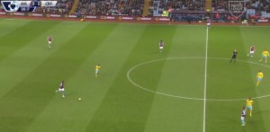 Palace organizują defensywę na własnej połowie, pozwalają wprowadzić piłkę za linię środkową. Tam Villa i dowodzący rozegraniem Sanchez będą się głównie  ograniczać do podań do boków.