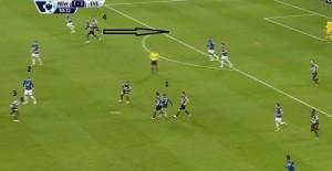 McGeady przy wyprowadzaniu akcji próbuje zagrać do wychodzącego Barkleya (2), ale jego intencje czyta Tiote (3). Ten po przejęciu piłki podaje na czystą pozycję do Pereza (4), który umieszcza piłkę w siatce
