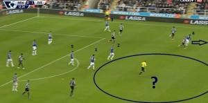 Wyprowadzenie szybkiego ataku przez Everton. McCarthy (2), Barry (1), Baines (5) nie kwapią się do ruszenia w wolną przestrzeń oznaczoną kołem i rozpoczęcia kontry, a byłaby to znakomita okazja do 'zabicia meczu'.  Jedynie Eto'o (4) ucieka i wychodzi do podania Garbutta (3).