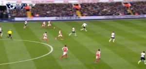 Po złym podaniu od Masona, Arsenal przejmuje piłkę i aż 6 zawodnikami rusza do kontrataku. Arsenal podobnie jak w meczu przeciwko City chciał szybko wyjść na prowadzenie, oddać inicjatywę i szukać swoich szans w kontratakach. W tej akcji Arsenal po przejęciu nieudanego podania Masona, przeprowadza kontrę aż 6 zawodnikami i ma przewagę liczebną. Jednak podanie w pole karne okaże się niecelne i Tottenham wyprowadzi kontratak i odpowie groźnym strzałem Kane'a zza linii pola karnego.