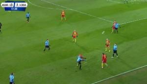 Przykład zespołowego wysokiego pressingu Cracovii przy wyprowadzaniu piłki przez Koronę z autu w groźnej strefie boiska