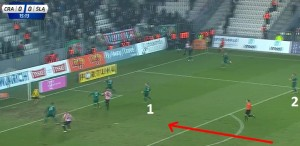 Hateley (2) jest kompletnie poza grą przy tym dośrodkowaniu. Czerwoną strzałką jest zaznaczony ruch niewidocznego na zdjęciu Dąbrowskiego, który dojdzie do piłki i odda strzał. Droppa (1) praktycznie wszedł w pierwszą linię.
