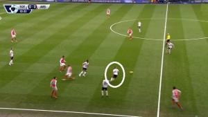 Początek akcji bramkowej Arsenalu. Tottenham typowo dla siebie schodzi 3 graczami  do pressingu w strefie przy linii bocznej, zagęszcza ją. Zaznaczony w kole Bentaleb zostawią dużą przestrzeń za sobą i zmusza niewidocznego na zdjęciu Vertonghena do wyjścia z Giroud. Bez tych dwóch zawodników Spurs są pozbawieni asekuracji dla Rose'a, co wykorzysta Welbeck.