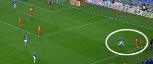 Kędziora kładzie nacisk na obrońcę Jagielloni i zmusi go do błędu, po przejęciu Lech strzeli bramkę na 1:0.