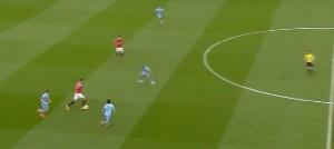 Pressing City z początku spotkania- Smalling zostanie zmuszony do popełnienia błędu i straci piłkę.
