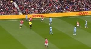 Zachowanie zawodników United po stracie piłki na połowie rywala- Young za chwilę przejmie podanie. Bramka City znajduje się po prawej stronie tego zdjęcia.