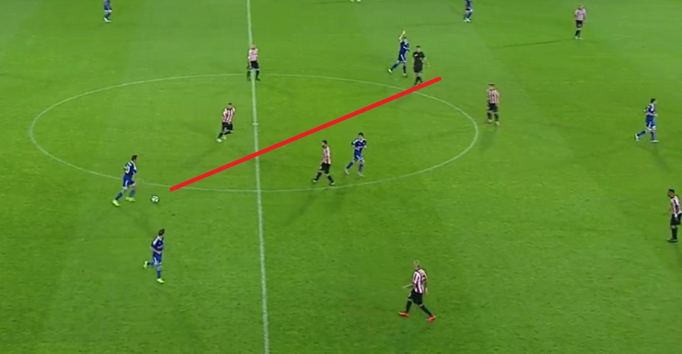 Popović jako rozgrywający z własnej połowy. Zauważa Urygę i puszcza piłkę mijającą całą linię rywala. Podanie świetne, ale jak na pozycję, z której wykonane - bardzo ryzykowne.