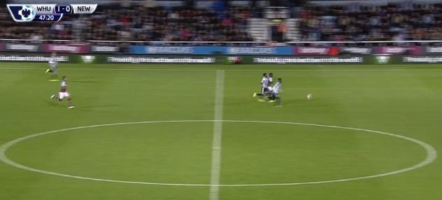 Dynamiczna kontra bazująca na atletyźmie Mosesa i umiejętności wyprowadzania piłki podaniem za linię obrony przeciwnika Payeta. Za chwilę ta dwójka rozprawi się z defensywą Newcastle i Payet podwyższy wynik na 2:0.