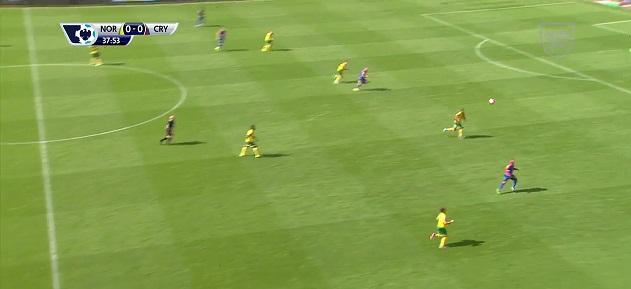 Gol Zaha przeciwko Norwich. Tylko 4 zawodników zangażowanych w atak na połowie przeciwnika. Wcześniej długie podanie za linie i dwa podania na atakującej połowie.