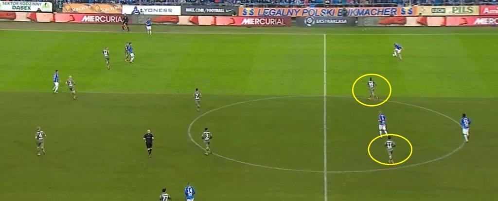 Lech w ataku. Legia broni się na własnej połowie, Prijović spycha atakującego do boku, Nikolić czeka na szybką kontrę